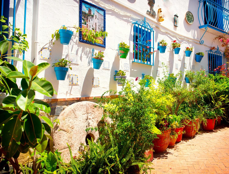 Casas blancas de Torremolinos con flores