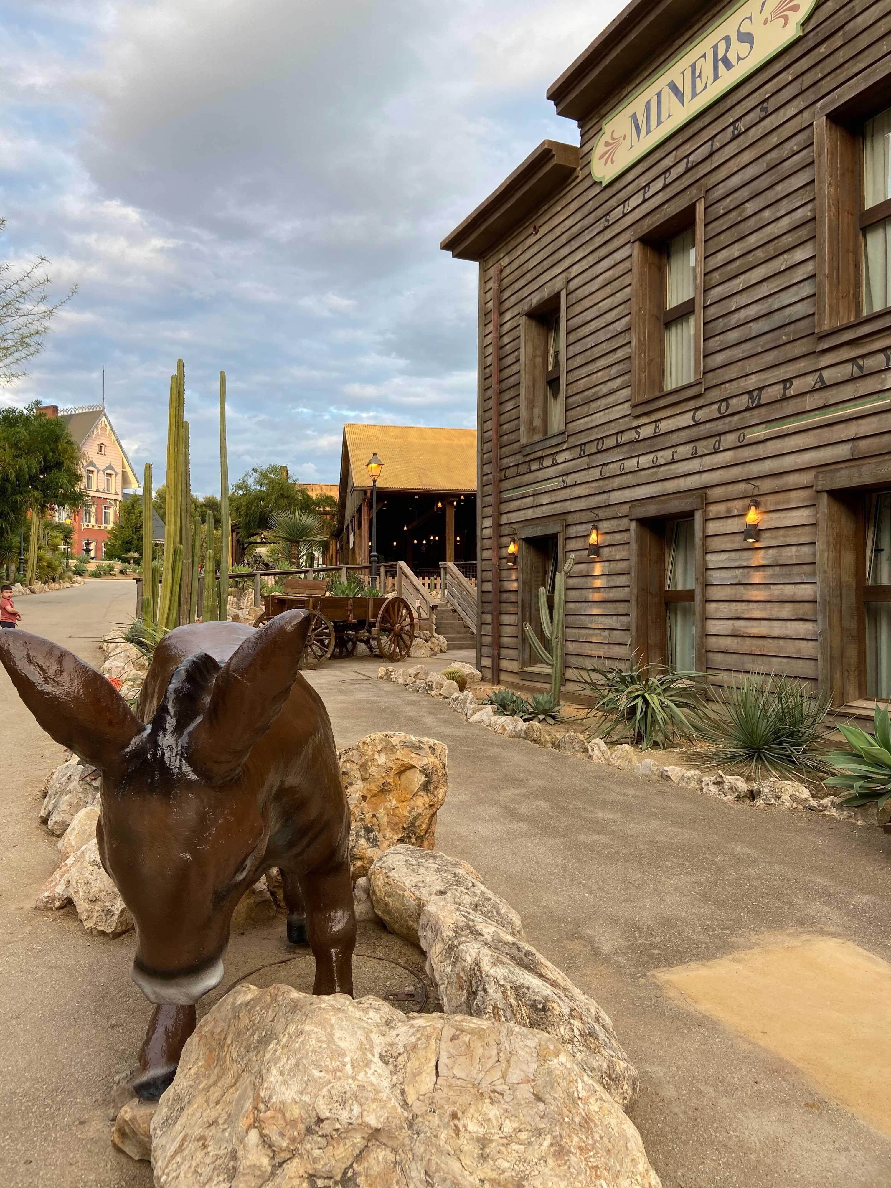 Paseo del Hotel Gold River con el burro típico del Far West