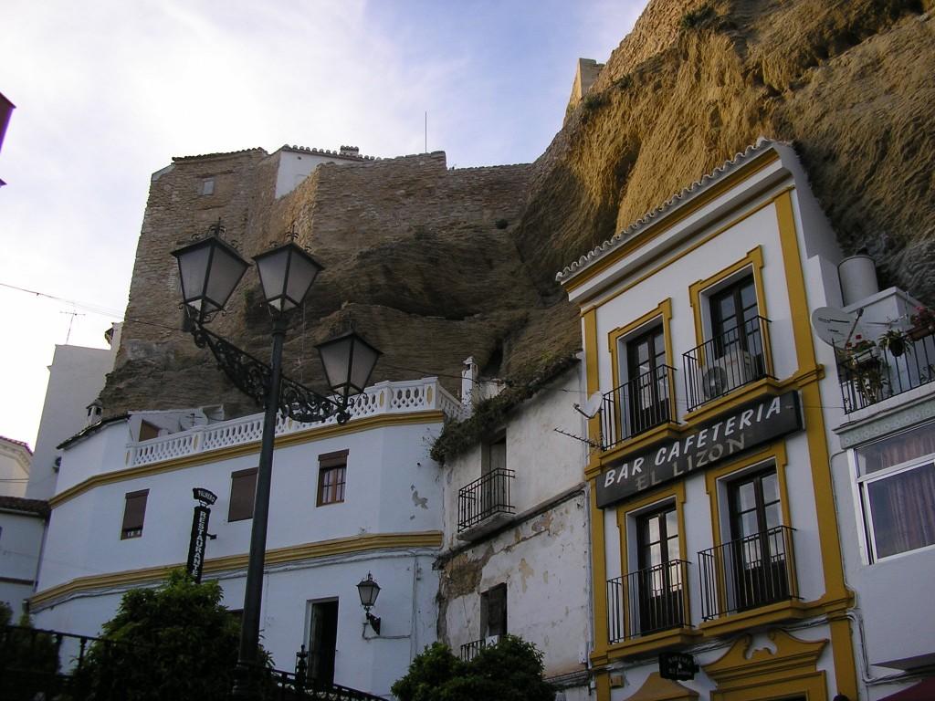 Pueblo curioso Setenil de las Bodegas empotrado en la roca