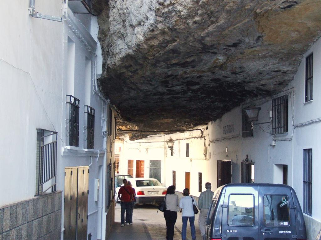 Roca sobre el Pueblo curioso Setenil de las Bodegas