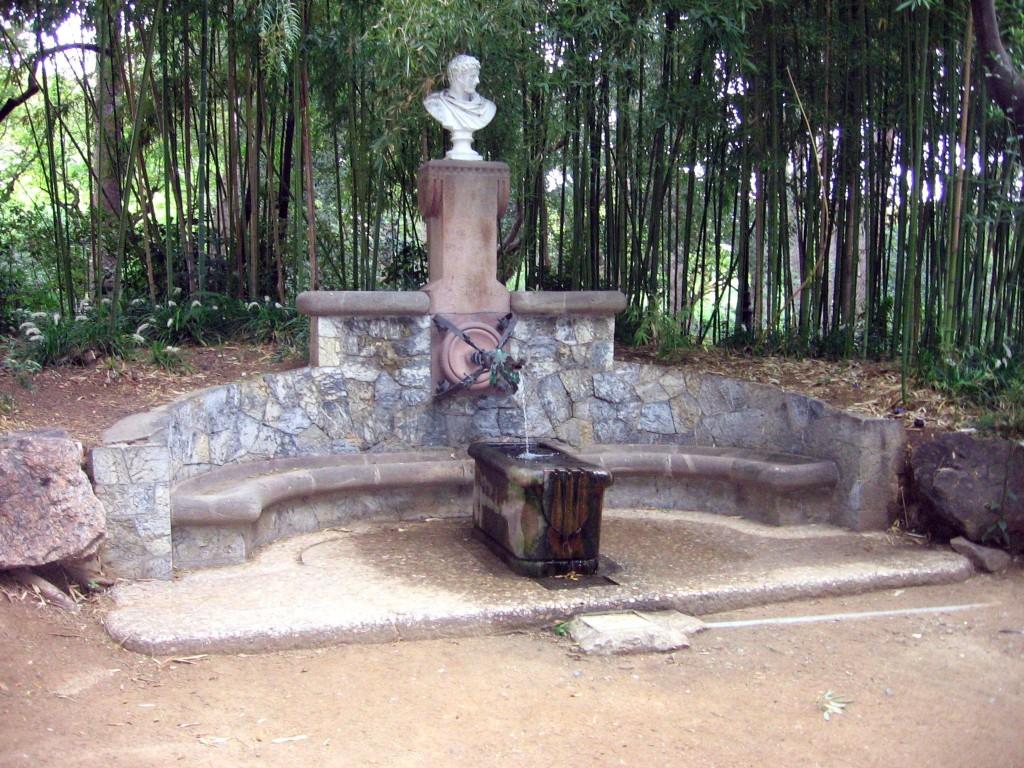 Fuente de Hércules de Antoni Gaudí en el Palacio de Pedralbes en Barcelona