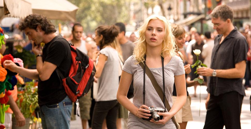 Scarlett Johansson paseando por la rambla de Barcelona en Vicky Cristina Barcelona
