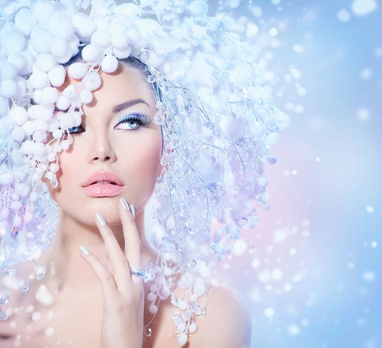 Chica con nieve artificial y labios hidratados