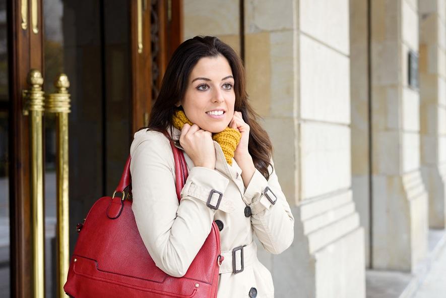 Chica en la calle con frío