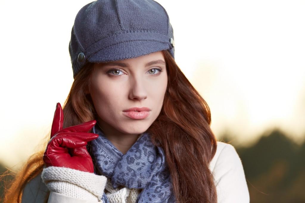 Chica con guantes, bufanda y gorro. para protegerse del frío