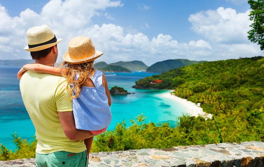 padre e hija mirando el océano y la playa