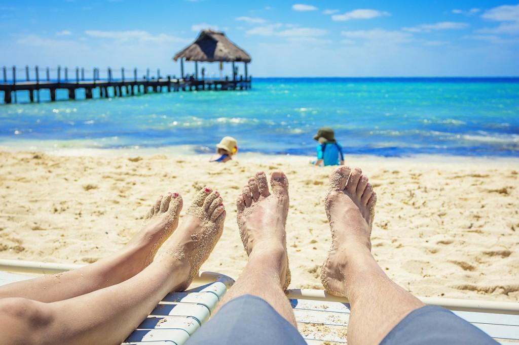 pareja en la playa con arena blanca