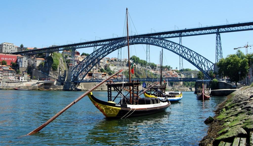 Oporto barcos típicos y puente