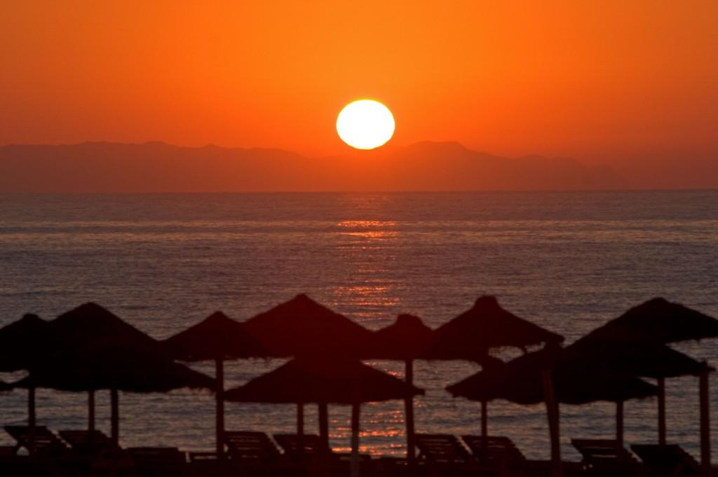 Roquetas de Mar, destino familiar, puesta de sol, sombrillas, playa