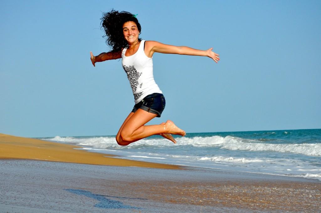 chica-salto-playa