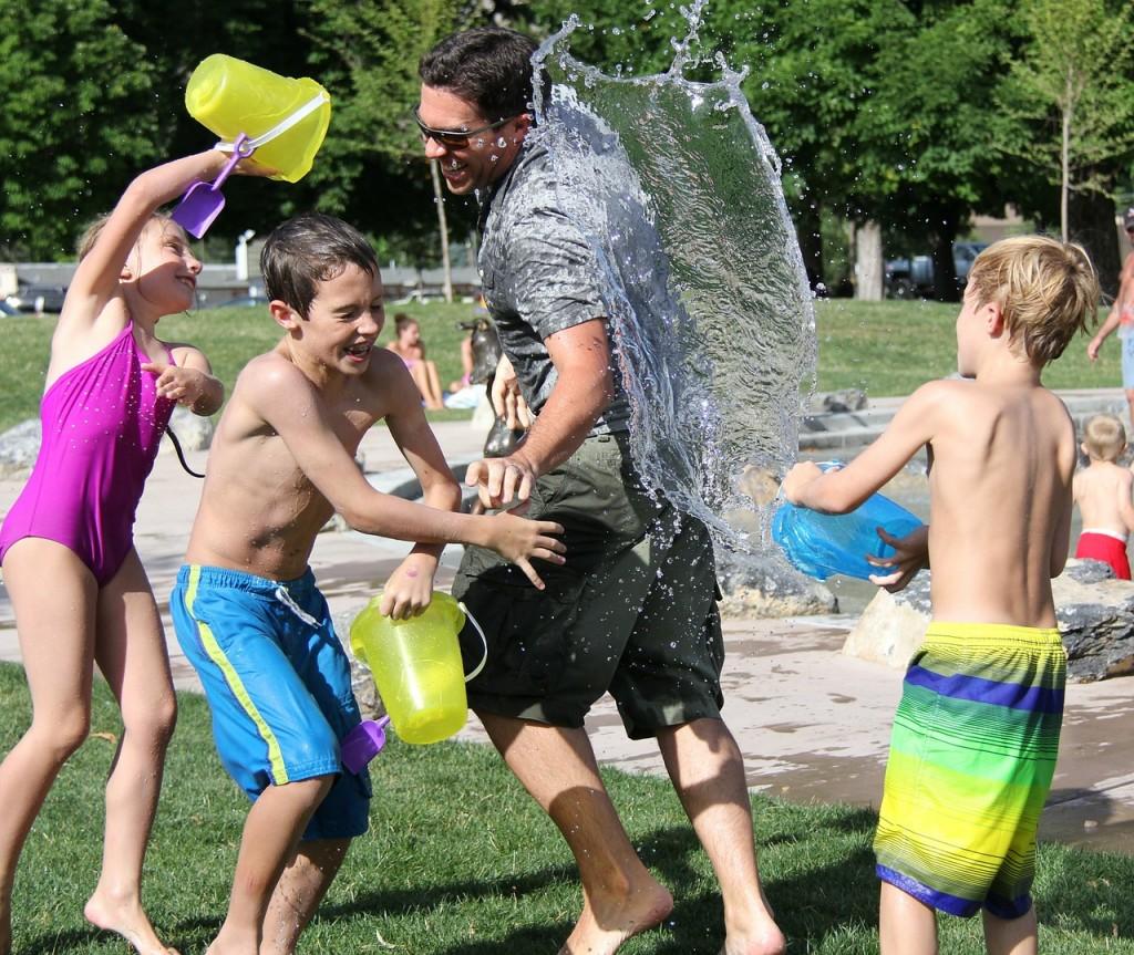 pelea-agua-familia-ninos-padre