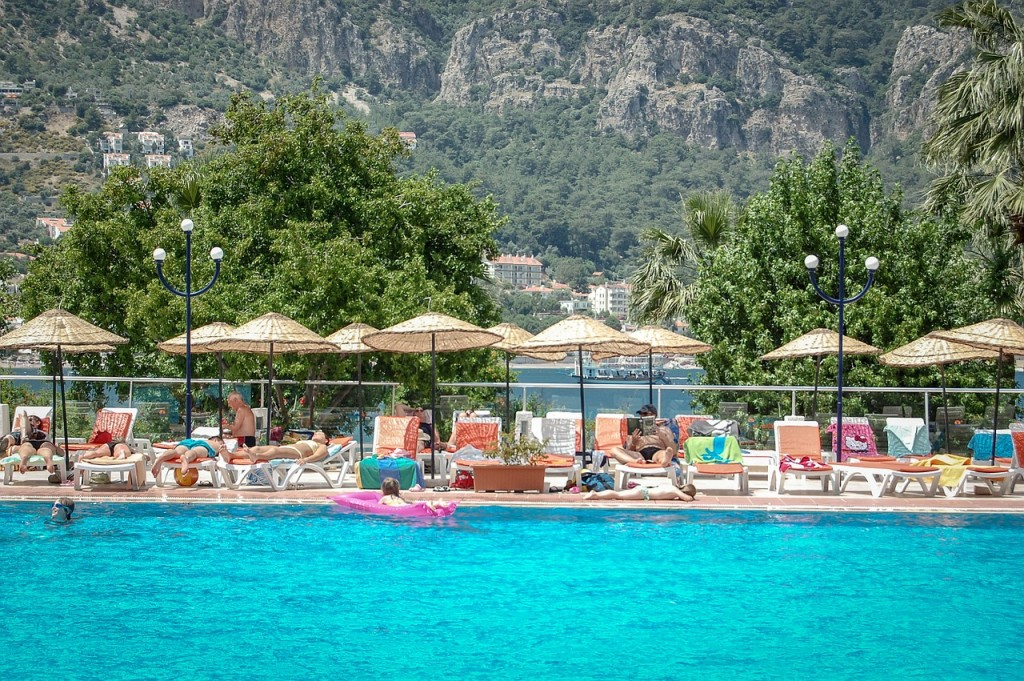 resort-piscina-mar