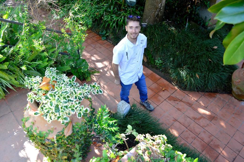 Abel paseando por una de las callejuelas del jardín botánico de Blanes.