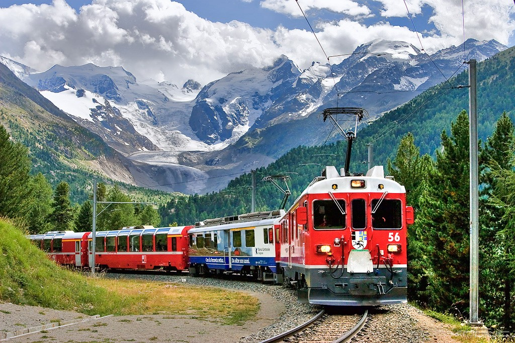 Tren berlina express en la curva Morteratsch