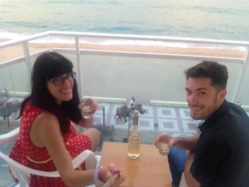 Tomando una copita de vino y disfrutando de las preciosas vistas al mar.