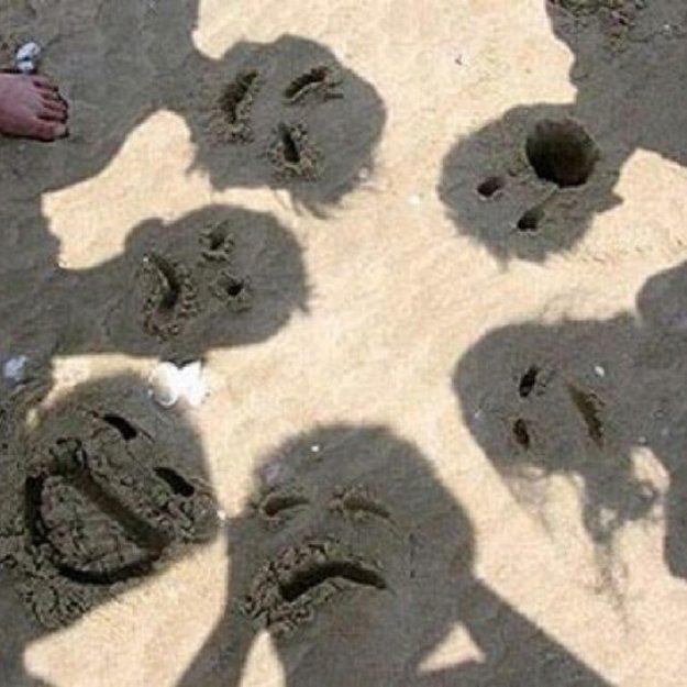 hacer caras en la arena con las sombras