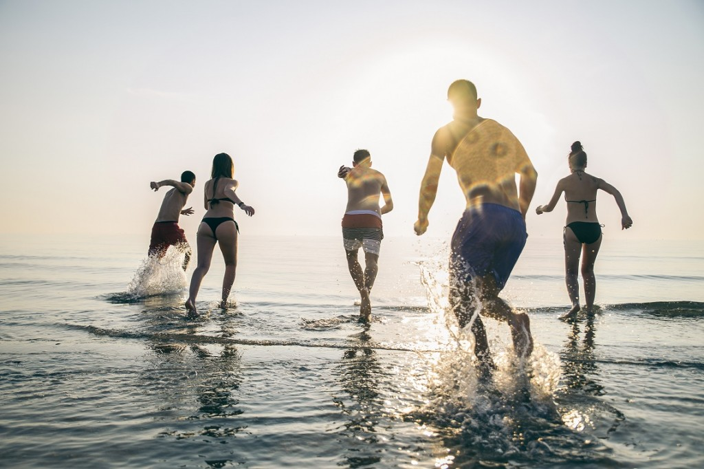 amigos corriendo en la playa, cosas que hacer en la playa