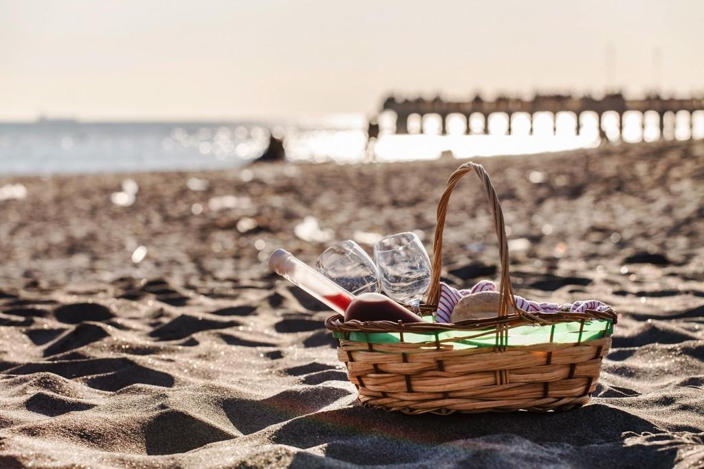cesta picnic en la playa