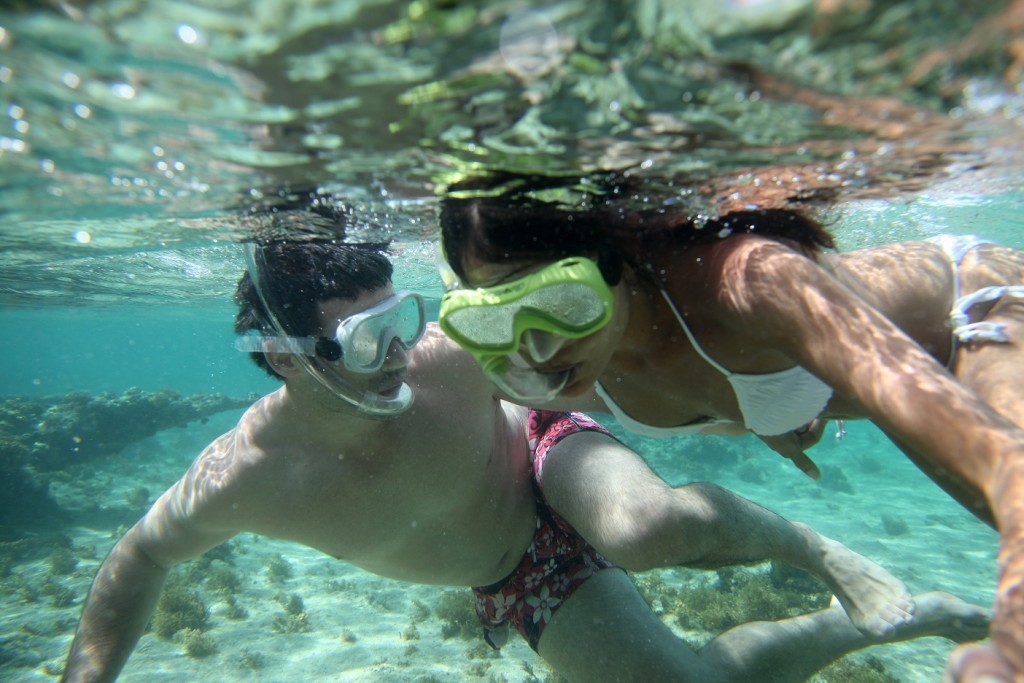 pareja practicando sknorkeling