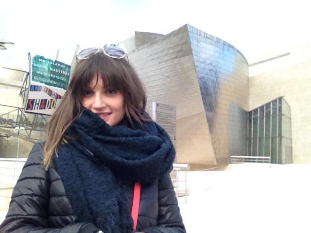 Gloria con el Guggenheim de fondo