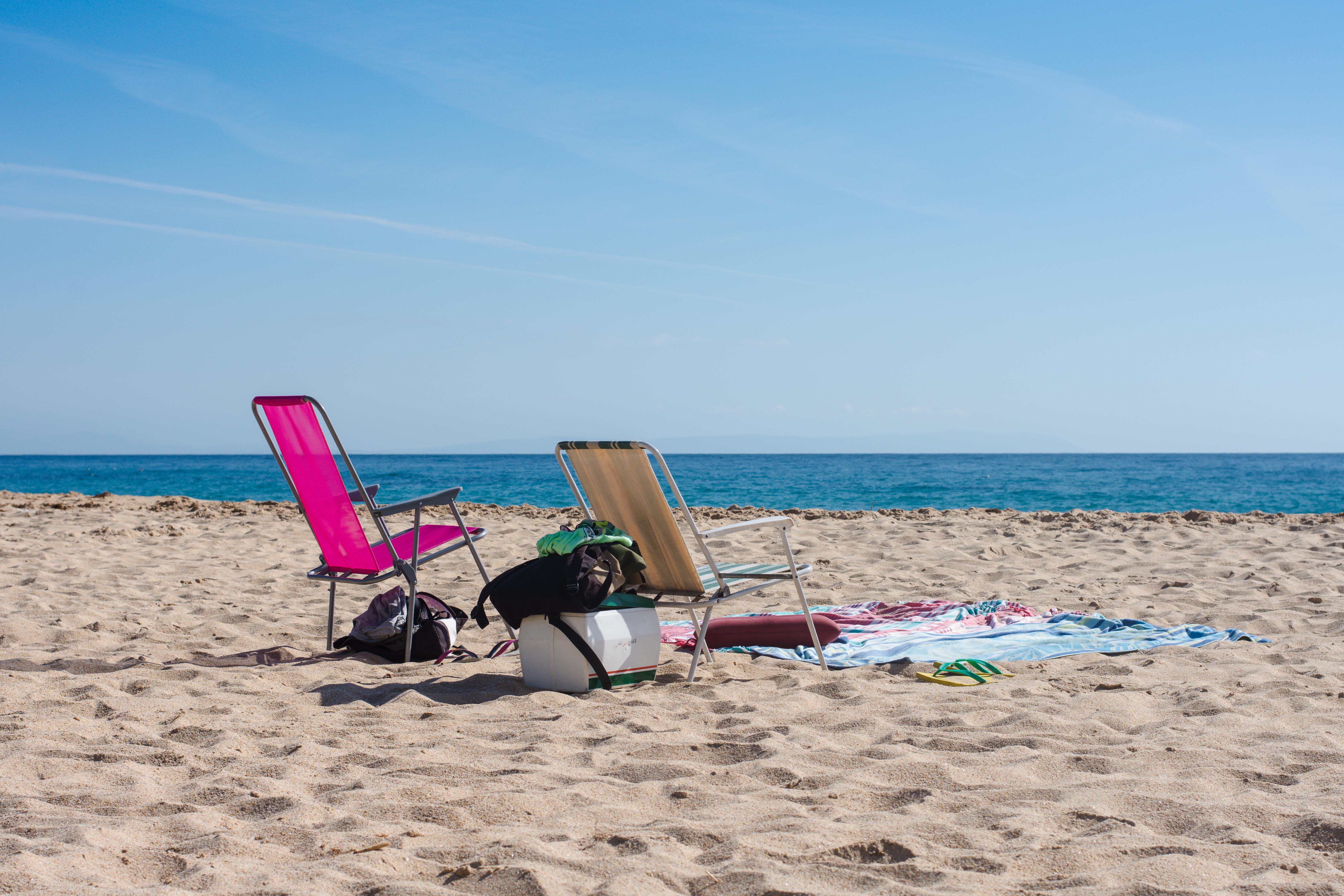 sillas y toallas de playa